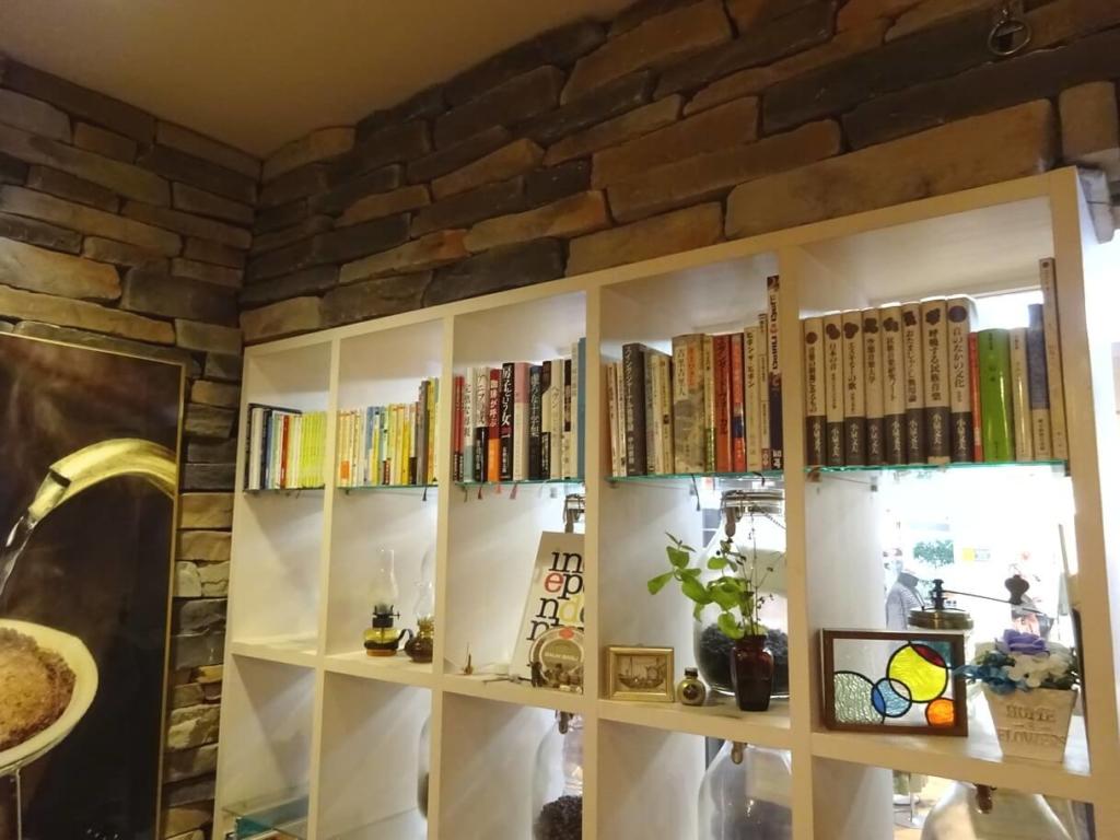 ブルービーンズコーヒー福島AXC(アックスビル)店店内本棚画像1